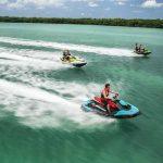 Jetski fahren auf dem blauen Meer
